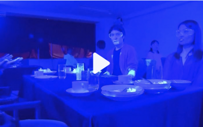 震惊!黑光下清楚看到新冠肺炎快速在餐厅蔓延 (视频)
